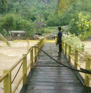 Jembatan Gantung Selopamioro putus akibat banjir