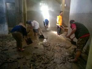 Relawan PBMT Maal DIY-Jateng melakukan aksi bersih-bersih di salah satu rumah warga Lanteng 1